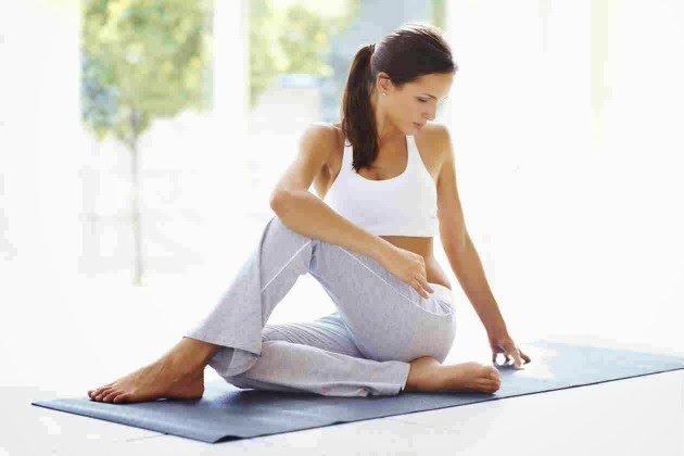 Acuéstate en el suelo boca abajo, completamente estirada. Mantén el equilibrio con los codos y las puntas de los pies. Debes mantener el cuerpo lo más recto posible y quedarte así el máximo tiempo que te sea posible.